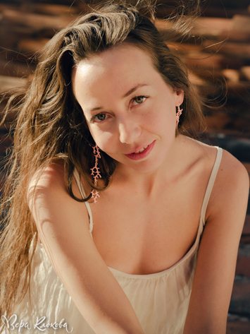 непостановочный портрет девушки при естественном свете на фоне черепицы