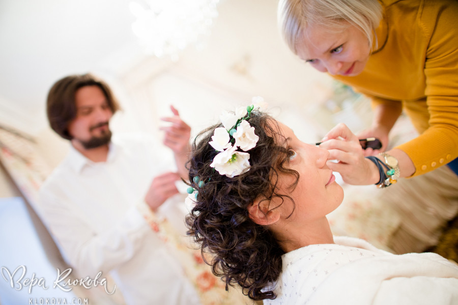 утро невесты/ невеста в свадебном платье из хлопка с цветочным рисунком/ макияж для невесты