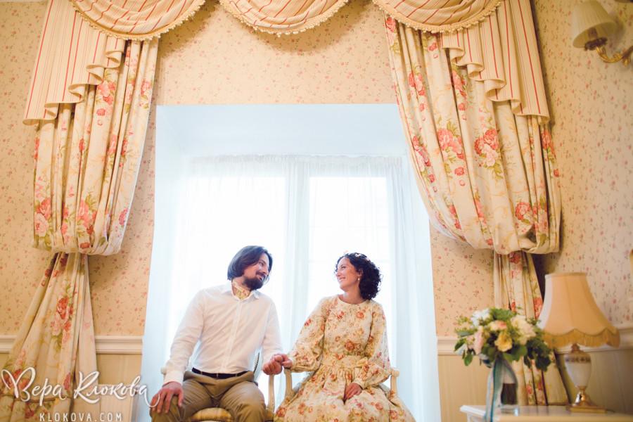 невеста в свадебном платье из хлопка с цветочным рисунком