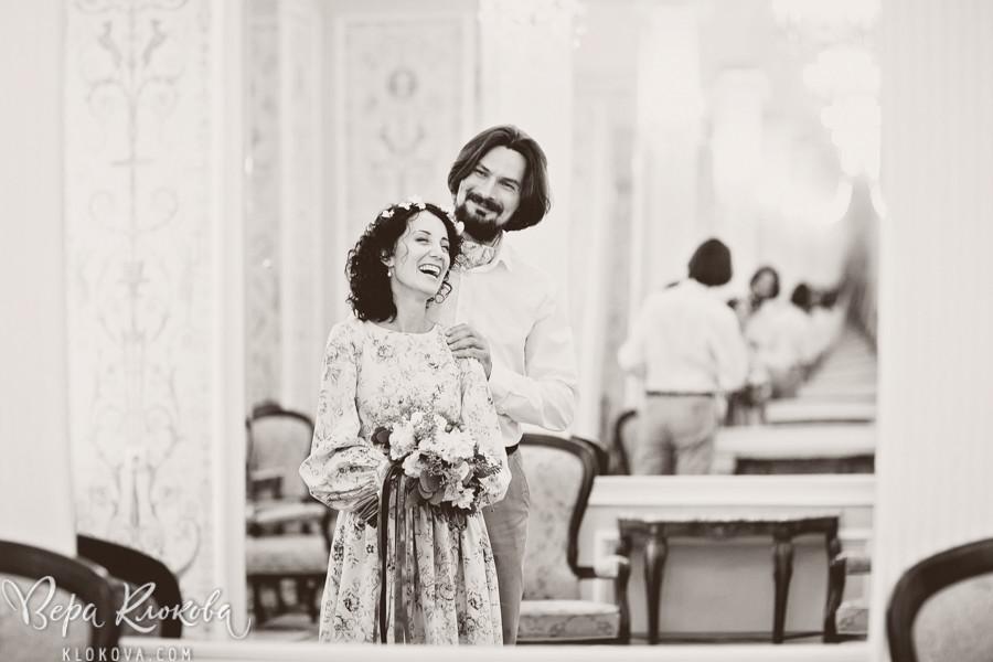 свадебная съемка в студии / невеста в свадебном платье из хлопка с цветочным рисунком