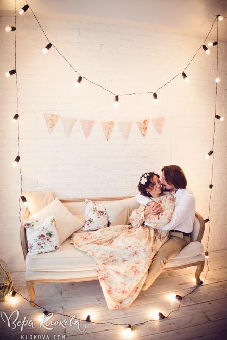 живые эмоции в свадебной съемке в студии / невеста в свадебном  платье из хлопка с цветочным рисунком