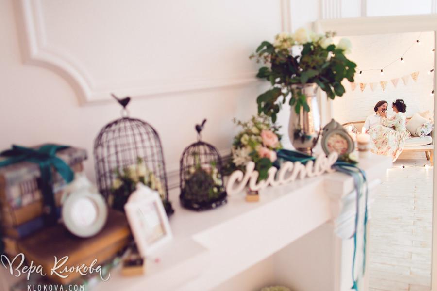 букет невесты с сукулентами/свадебная съемка в студии/ невеста в свадебном платье из хлопка с цветочным рисунком