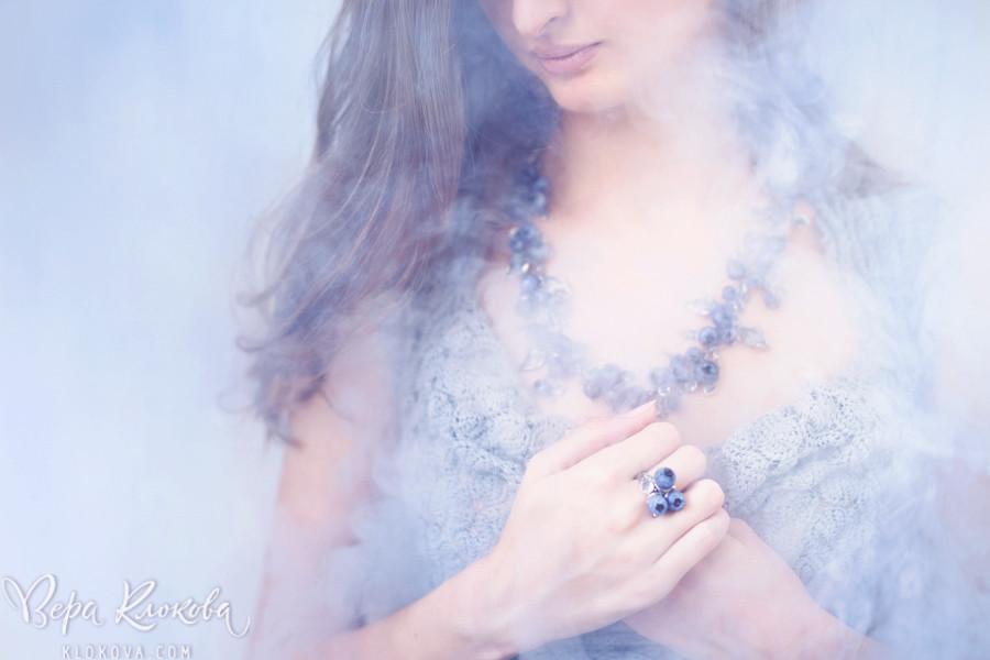 полупрозрачное шифоновое платье цвета лаванды/туман в фотостудии / Украшения на шее девушки/ lampwork/черника из стекла/ серебряное колье