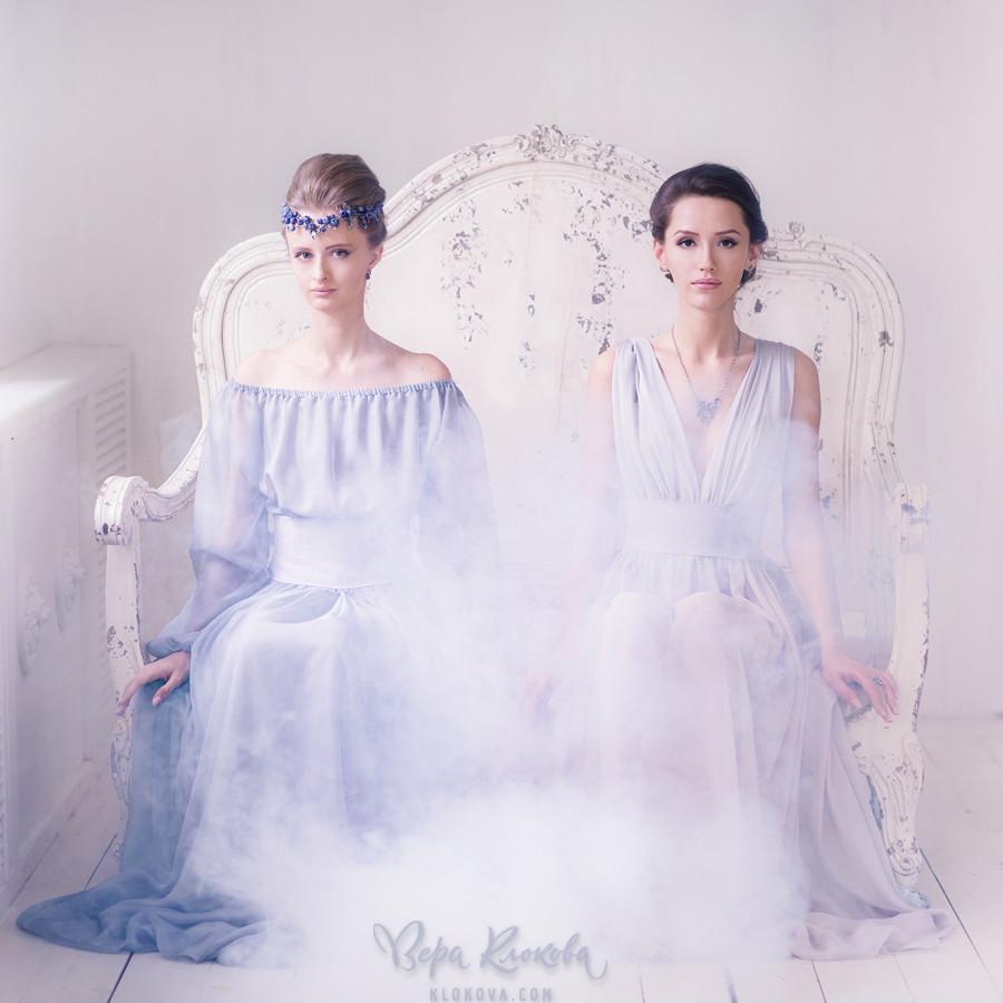 полупрозрачное шифоновое платье цвета лаванды/туман в фотостудии / Украшения на голове девушки/ lampwork/черника из стекла/ серебряное колье