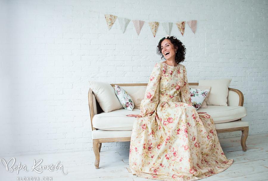 настоящие живые эмоции в свадебной съемке/ невеста в свадебном платье из хлопка с цветочным рисунком