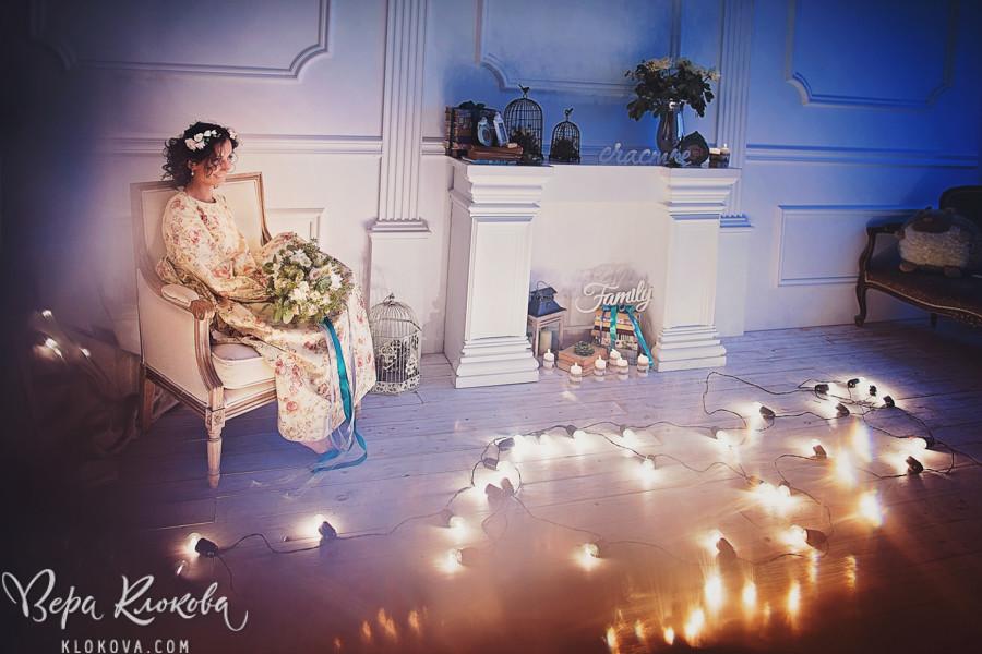 свадебная съемка в студии с лампами-фонариками / невеста в свадебном платье из хлопка с цветочным рисунком