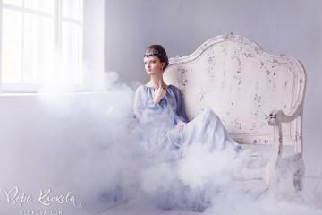съемка ювелирных украшений/полупрозрачное шифоновое платье цвета лаванды/туман в фотостудии / Украшения на голове девушки/ lampwork/черника из стекла/ серебряное колье/ ожерелье из жемчуга на шее девушки